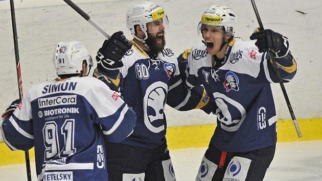 Plzeňští hokejisté slaví gól v síti Mladé Boleslavi. Uprostřed je střelec branky Nicholas Johnson.