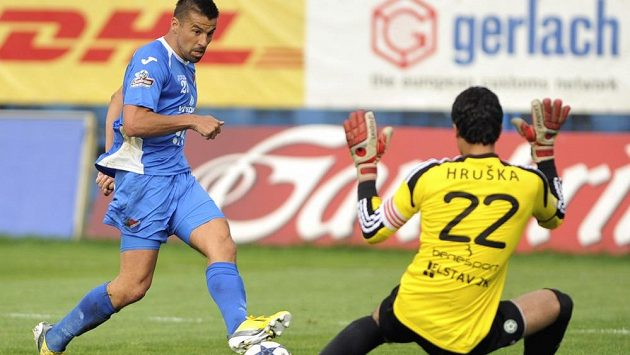 Zleva Milan Baroš střílí gól příbramskému brankáři Aleši Hruškovi.