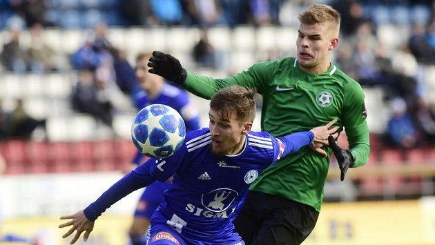 David Houska z Olomouce a Martin Nový z Příbrami v akci během utkání nejvyšší soutěže fotbalistů.