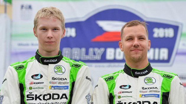 Vítězná posádka (zleva) Kalle Rovanperä a Jonne Halttunen z Finska.