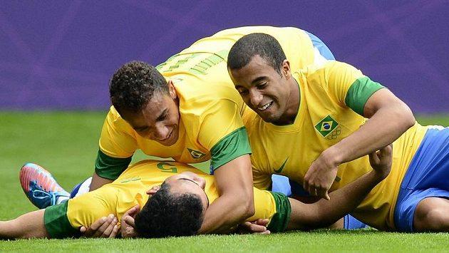 Brazilec Sandro (na zádech) se raduje z gólu se spoluhráči Danilem a Lucasem (vpravo)