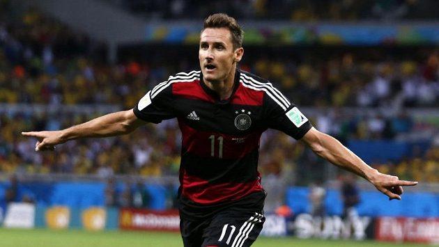 Miroslav Klose slaví gól, jímž se definitivně odpoutal v čele pořadí nejlepších střelců historie MS od Brazilce Ronalda.