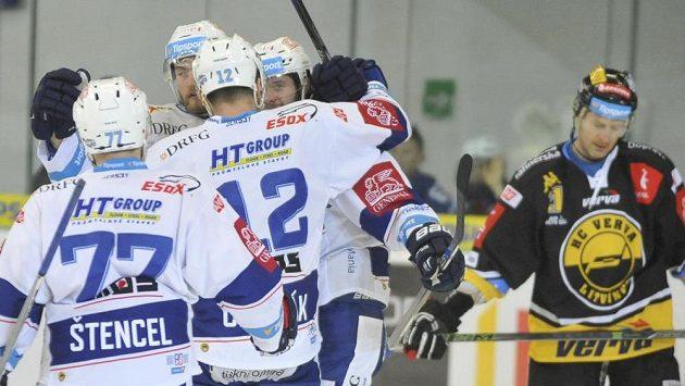 Brněnští hokejisté se radují z prvního gólu proti Litvínovu.