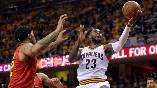 Hvězdný LeBron James z Clevelandu zvyšuje skóre v utkání proti Atlantě.