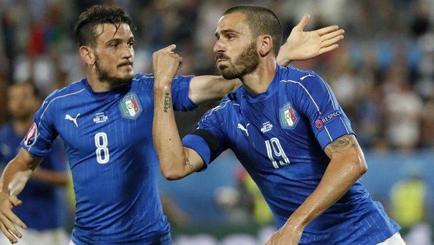 Leonardo Bonucci (vpravo) oslavuje vyrovnávací branku ve čtvrtfinálové bitvě s Německem. První penaltu poroměnil, v rozstřelu ovšem selhal.