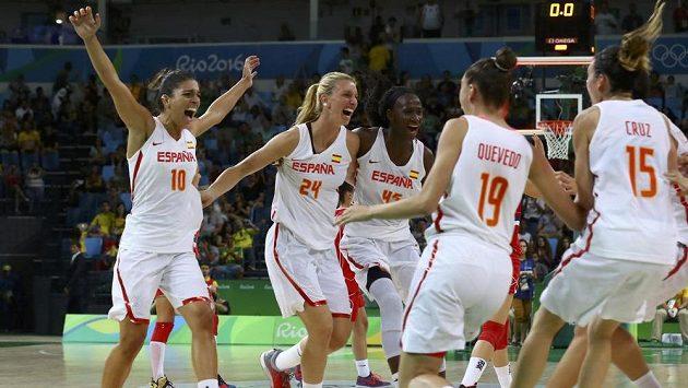Španělské basketbalistky se radují z postupu do finále OH.