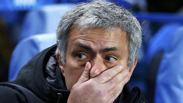 Kouči Chelsea Josému Mourinhovi hrozí za nevhodné chování v duelu s Aston Villou trest.