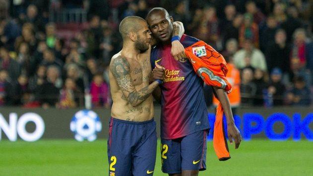 Dani Alves (vlevo) objímá Erika Abidala, po jeho návratu na trávník v dresu Barcelony.