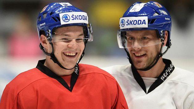 Tomáš Hertl (vlevo) a Jan Hejda při tréninku hokejové reprezentace.