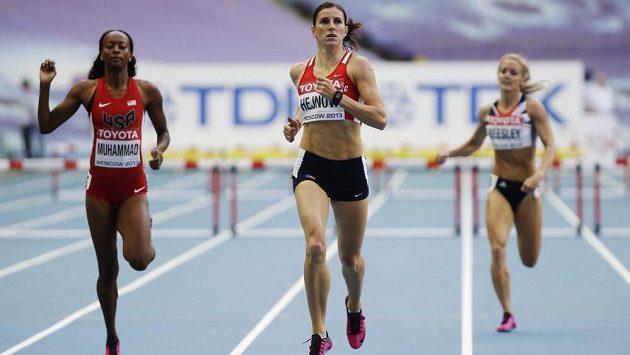 Zuzana Hejnová ovládla semifinále závodu na 400 metrů překážek. Vlevo Američanka Dalilah Muhammadová, vpravo Britka Meghan Beesleyová.