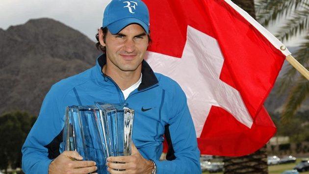 Roger Federer s trofejí z Indian Wells.