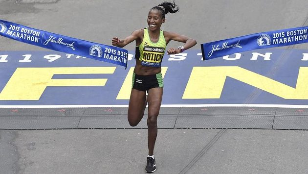 Keňanka Caroline Rotichová v cíli Bostonského maratónu.