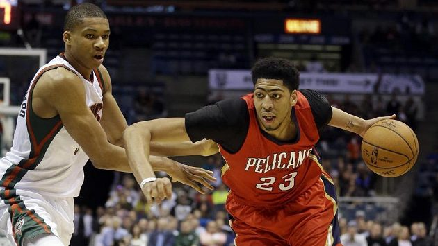 Basketbalista New Orleans Anthony Davis (vpravo) v duelu s Milwaukee.