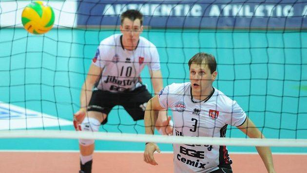 Volejbalisté Radek Mach a Petr Šulista (v pozadí) z Jihostroje České Budějovice - ilustrační foto.