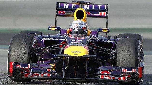 Pilot stáje Red Bull Sebastian Vettel na trati v Montmelu.
