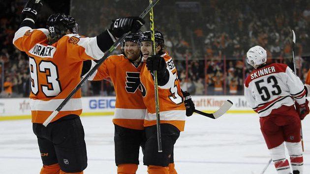 Hokejisté Philadelphia Flyers Jakub Voráček (zleva), Claude Giroux a Shayne Gostisbehere se radují z gólu proti Carolině.