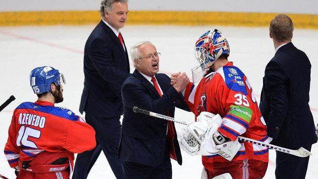 Asistent trenéra Lva Praha Václav Sýkora (uprostřed) a brankář Petri Vehanen oslavují postup do finále KHL.