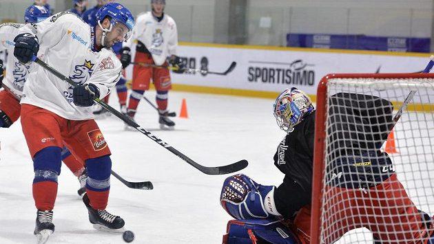 Útočník hokejové reprezentace Ondřej Roman si v tréninku vyzkoušel nájezd na brankáře Patrika Bartošáka.