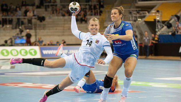 Kamila Kordovská střílí na branku v utkání MS se Švédskem.