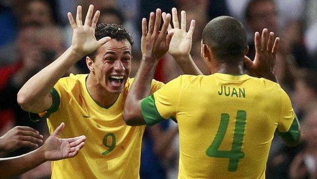 Leandro Damiao (vlevo) oslavuje s Juanem Jesusem gól v síti Korey v semifinále olympijského turnaje (archivní snímek).