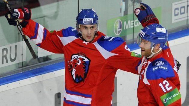 Hokejista Lva Prah Erik Christensen (vlevo) se raduje se spoluhráčem Jiřím Novotným z gólu.