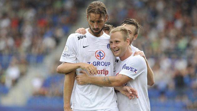 Útočník Slovácka Libor Došek slaví se spoluhráči gól proti Dukle Praha.