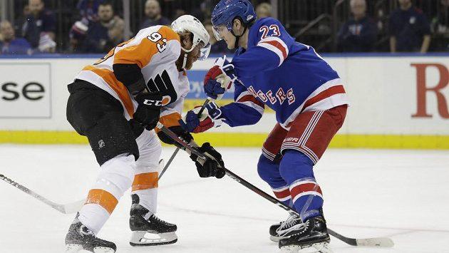 Jakub Voráček (vlevo) z Philadelphie se snaží obejít Adama Foxe z New York Rangers.