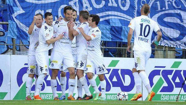 Radost fotbalistů Slovácka z gólu proti Znojmu, který vstřelil Libor Došek (třetí zleva).