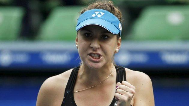 Švýcarská tenistka Belinda Bencicová se raduje z vítězství nad Dánkou Caroline Wozniackou.
