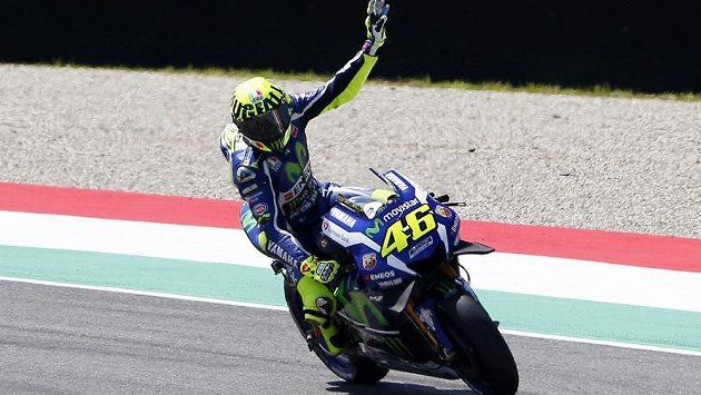 Valentino Rossi zdraví diváky po zisku pole position v kvalifikaci na Velkou cenu Itálie v Mugellu.