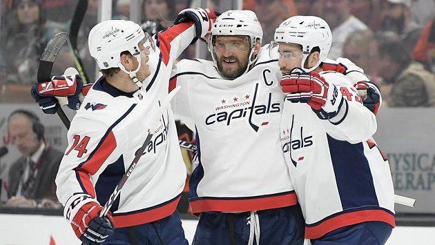 Alex Ovečkin (uprostřed) z Washingtonu se raduje z gólu proti Anaheimu se spoluhráči Johnem Carlsonem (vlevo) a Tomem Wilsonem.