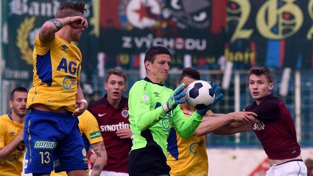 Teplický brankář Tomáš Grigar v utkání proti Spartě.