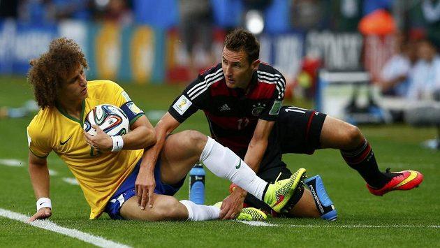 Zaskakující brazilský kapitán David Luiz po souboji s německým útočníkem Miroslavem Klosem.