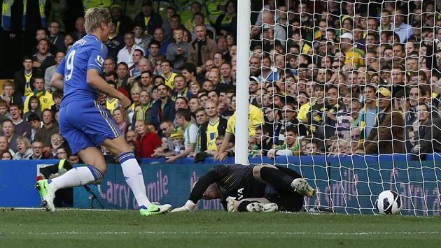 Fernando Torres skóruje do sítě gólmana Norwiche Johna Ruddyho.