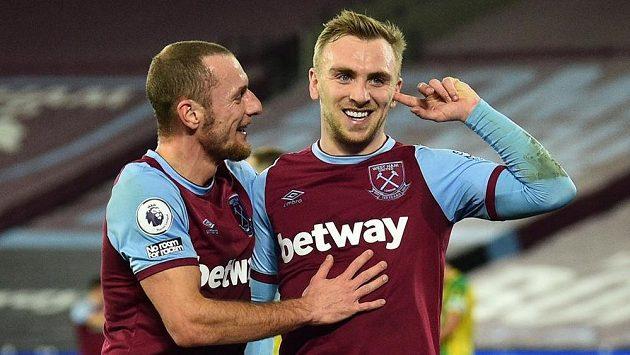 Fotbalisté West Hamu Jarrod Bowen (vpravo) a Vladimír Coufal oslavují gól proti West Bromwichi.