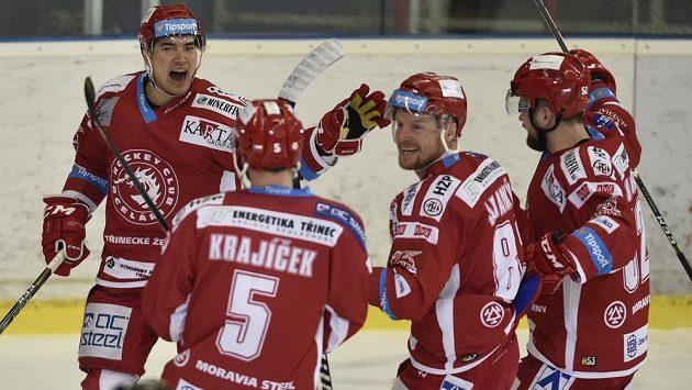 Hokejisté Třince zleva Cory Kane, střelec gólu Lukáš Krajíček, Martin Adamský a Lukáš Doudera.