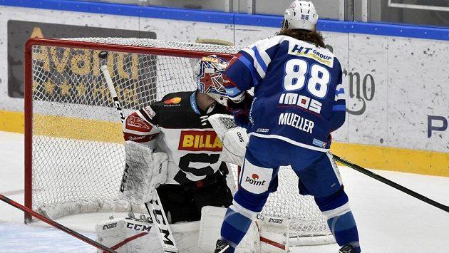 Peter Mueller z Brna dává rozhodující gól v prodloužení.