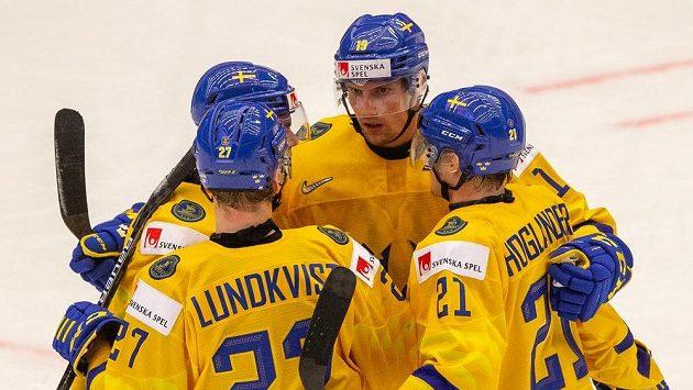 Radost hokejistů Švédska na MS v Třinci. Zleva Nils Lundkvist, Samuel Fagemo, David Gustafsson a Nils Höglander.