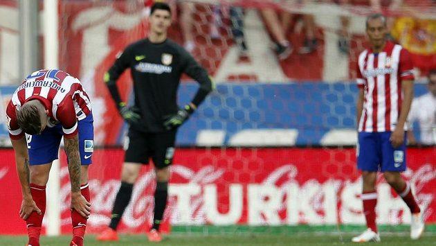Zklamaní fotbalisté Atlétika Madrid po remíze s Málagou. Zleva obránce Toby Alderweireld, brankář Thibaut Courtois a zadák Miranda.