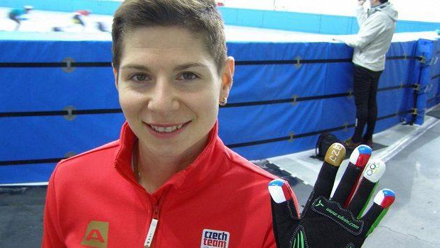Rychlobruslařka na krátké dráze Kateřina Novotná předvedla speciální design rukavic.