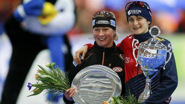 Martina Sáblíková (vpravo) a Claudia Pechsteinová po závěrečném závodě rychlobruslařek v Erfurtu.