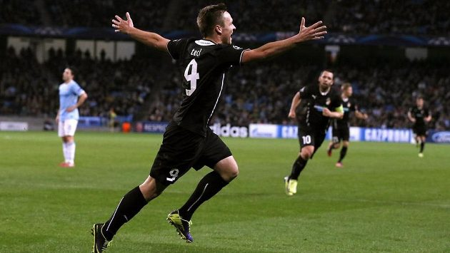 Plzeňský útočník Stanislav Tecl (vpředu) se raduje z gólu proti Manchesteru City.
