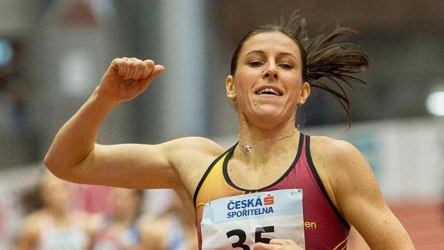 Zuzana Hejnová v cíli závodu na 400 metrů na halovém mistrovství ČR v atletice.
