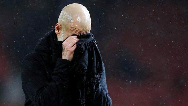 Trenér Manchesteru City Pep Guaridola. Ještě může věřit, že si evropské fotbalové poháry zahraje. Jednání se ale odkládají