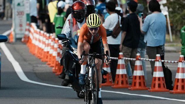 Nizozemka Annemiek van Vleutenová v časovce na olympijských hrách v Tokiu.