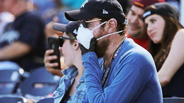 Fanoušci sledují přípravný zápas mezi baseballisty NY Yankees a Washington Nationals. Hrozba koronaviru byla v hledišti patrná...