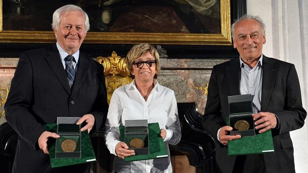 (Zleva) František Sahula, Jaroslava Rinnerová-Poláčková a František Cipro převzali fotbalové ceny dr. Václava Jíry.
