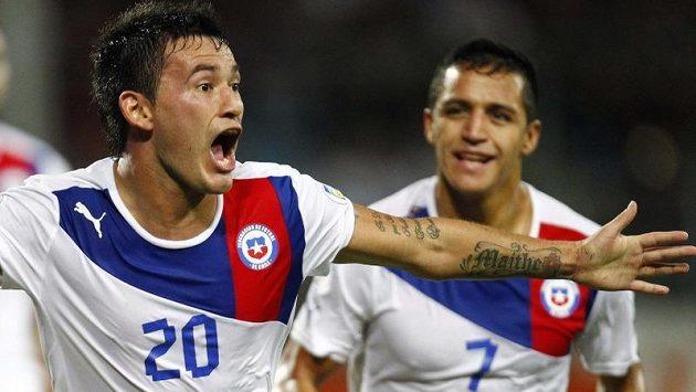 Charles Aranguiz se raduje z gólu do sítě Venezuely.