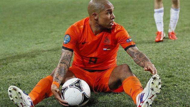 Nizozemský záložník Nigel de Jong v utkání s Německem