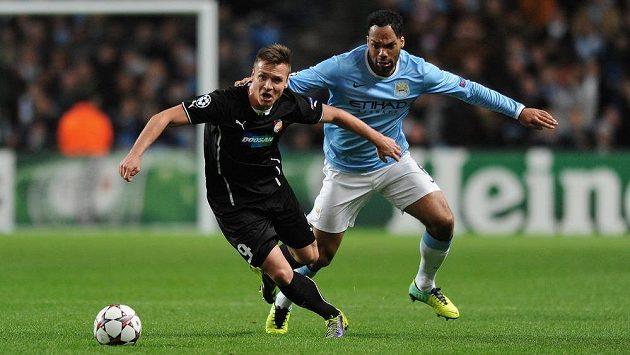 Plzeňský útočník Stanislav Tecl (vlevo) v souboji s Joleonem Lescottem z Manchesteru City.